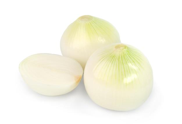Oignon blanc isolé sur une surface blanche.