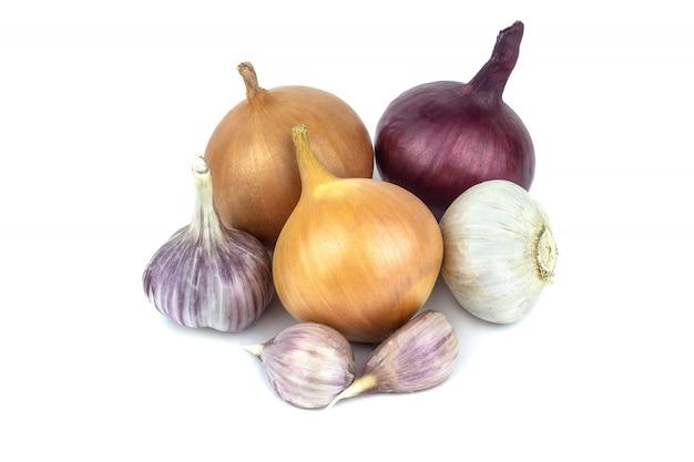 Oignon frais et ail isolés