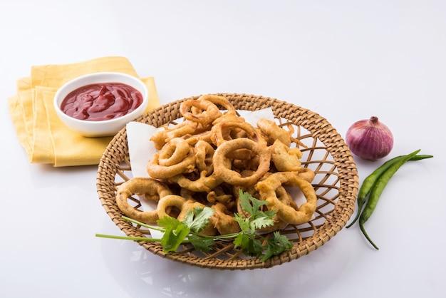 Oignon pakora également connu sous le nom de kanda bhaji ou bhajji également connu sous le nom de pyaj pakode en hindi, collations populaires à l'heure du thé ou de la mousson d'inde