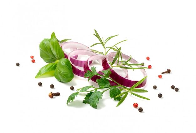 Oignon rouge tranché ou rondelles d'oignon violet isolés