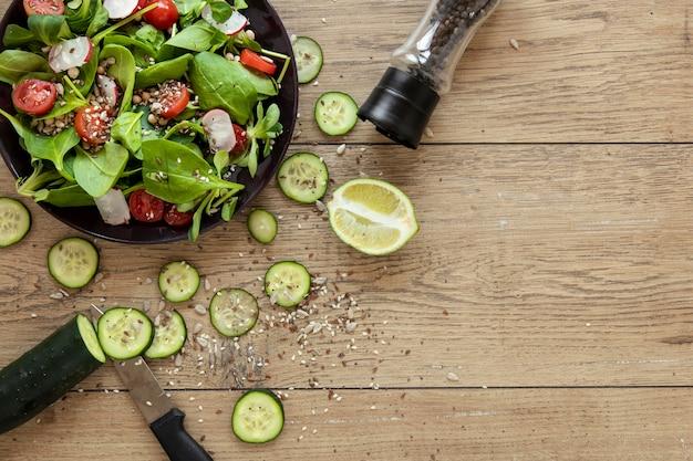 Oignon vert et concombre pour salade avec copie-espace