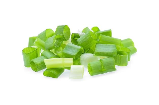 Oignon vert isolé sur blanc