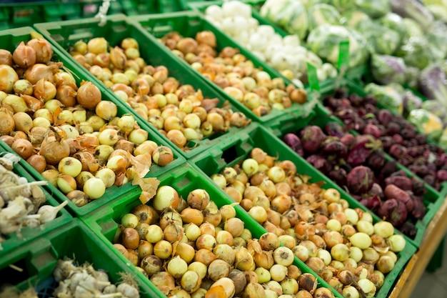 Oignons et ail sur le légume du supermarché