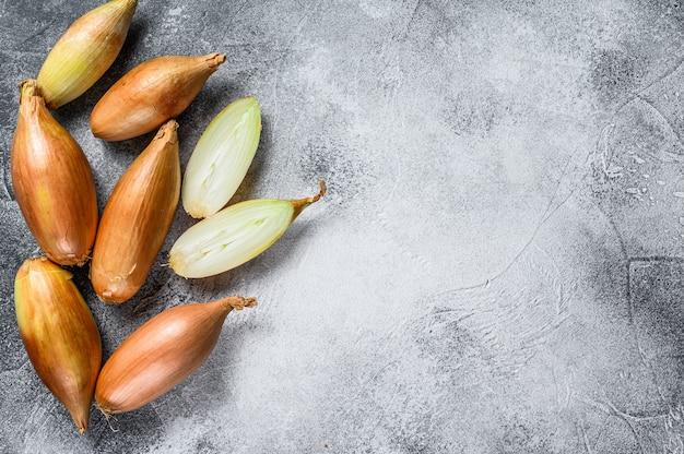 Oignons échalotes, coupés en deux. vue de dessus.