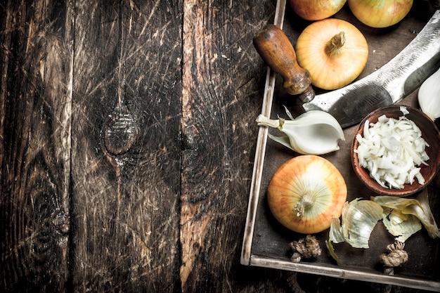 Oignons émincés dans un vieux plateau sur un fond de bois