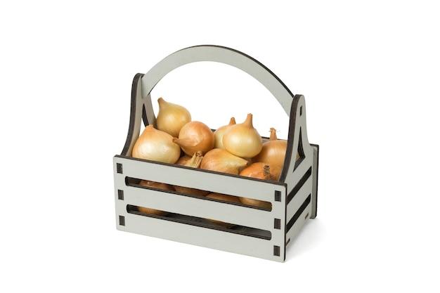 Oignons frais dans une boîte grise isolée sur fond blanc.