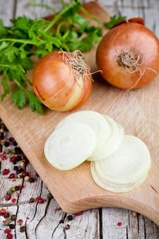 Oignons frais, persil et grains de poivre