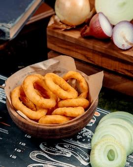 Oignons frits sur la table