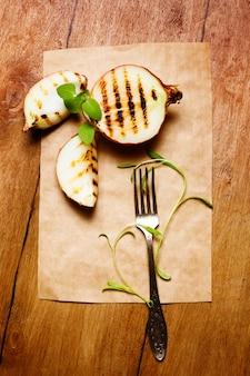Oignons grillés au basilic frais