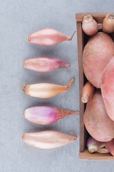 Oignons et pommes de terre crus biologiques frais.