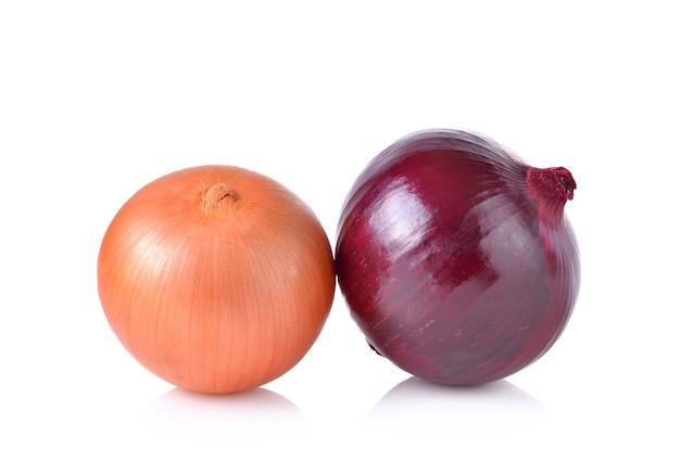 Oignons rouges et blancs sur fond blanc