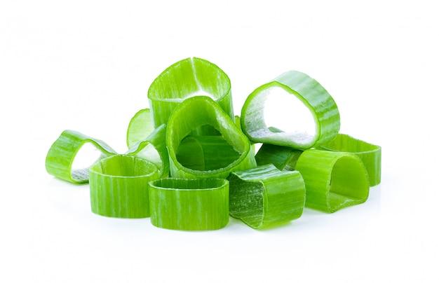 Oignons verts coupés frais isolés
