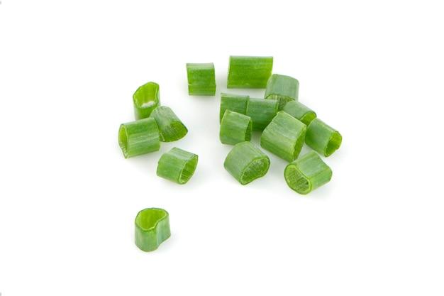 Oignons verts frais hachés isolés sur une surface blanche