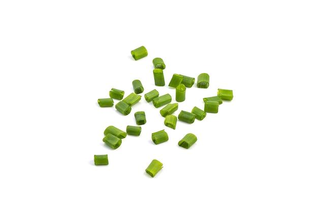 Oignons verts frais hachés isolés.