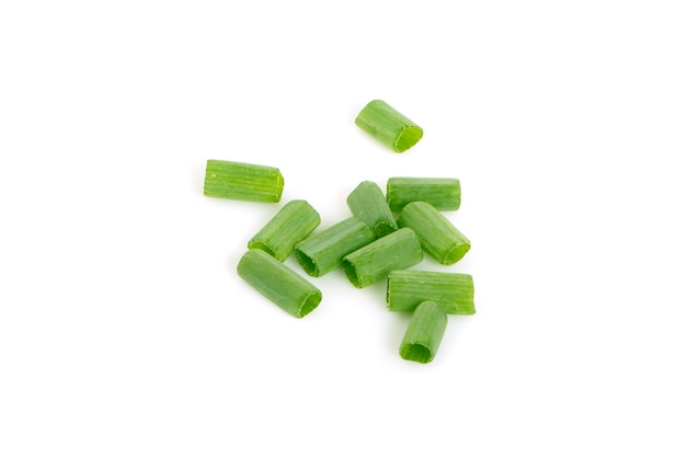 Oignons verts frais hachés isolés