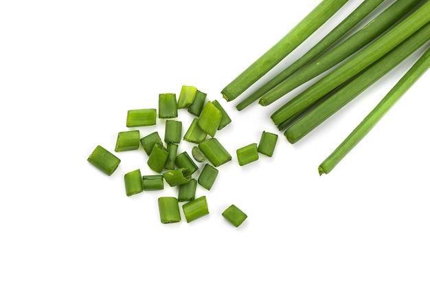 Oignons verts frais mûrs (échalotes ou oignons verts) avec oignons verts frais hachés