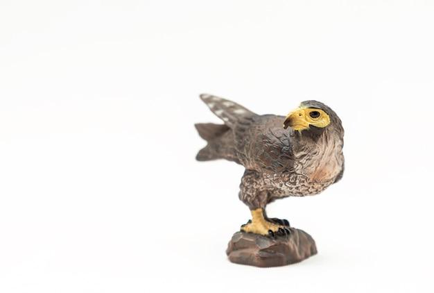 Oiseau jouet en plastique réaliste isolé sur une surface blanche