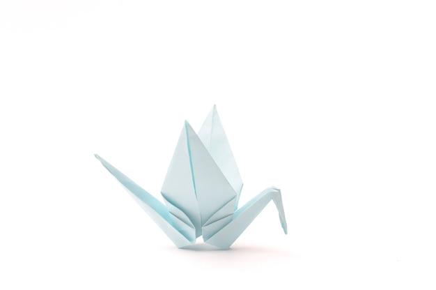 Oiseau en origami sur des articles en papier enfant blanc