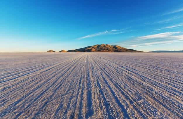 Ojo del mar dans un désert de sel dans la province de jujuy, argentine