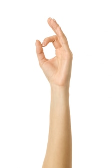 Ok signe. main de femme gesticulant isolé sur blanc