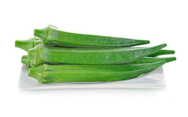 Okra frais ou roselle verte sur blanc.