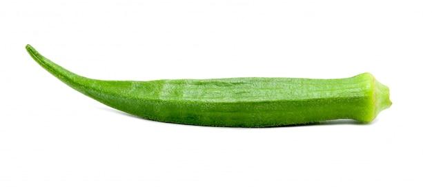 Okra frais vert isolé sur fond blanc