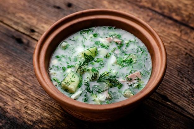 Okroshka, soupe froide russe sur un fond en bois.