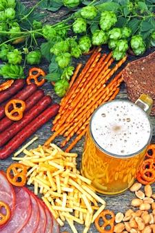 Oktober fest. verre de bière et de snacks à la bière.