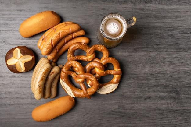 Oktoberfest food pain et bretzels saucisses et pot de bière sur table en bois