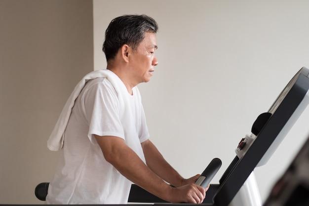 Old man walking, running, exercice, travaillant dans une salle de sport avec machine à fileter