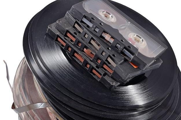 Old vintage bobines, disques vinyles et cassettes sur fond blanc