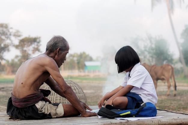 Oldman et fille dans la campagne de la thaïlande.
