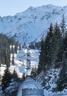 Oléoduc dans les montagnes