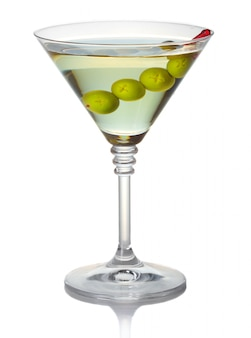 Olive martini cocktail isolé sur blanc