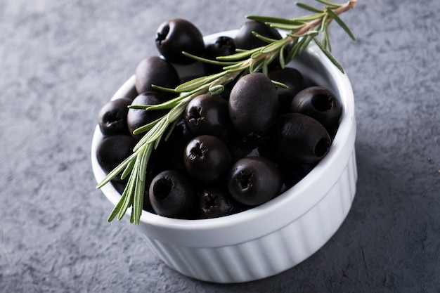 Olive noire dans un bol blanc.