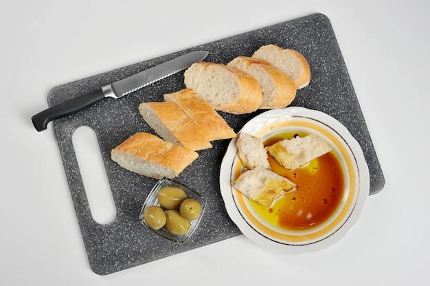 Olives, baguette et huile d'olive