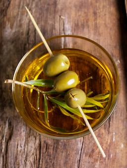 Olives dans une assiette avec de l'huile d'olive