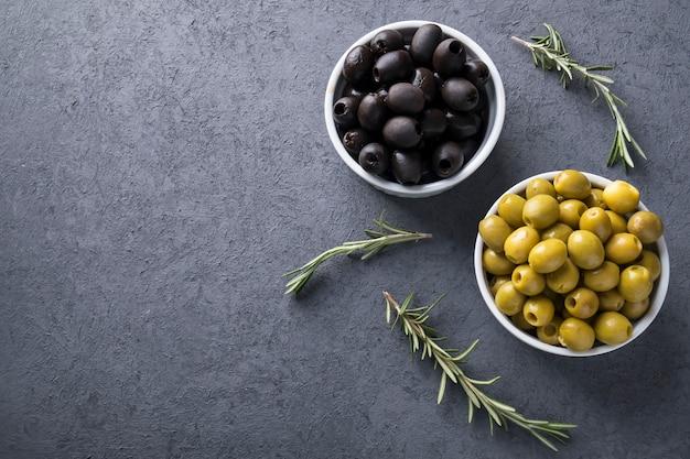 Olives dans un bol. olives marinées. vue de dessus.
