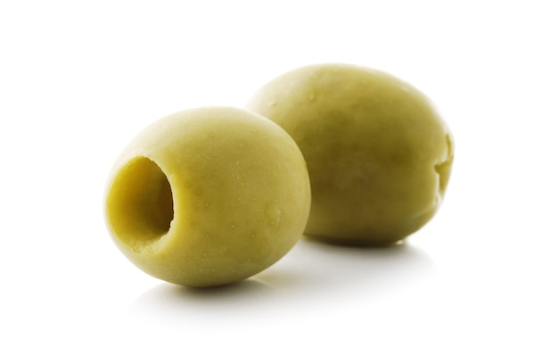Olives dénoyautées sur fond blanc