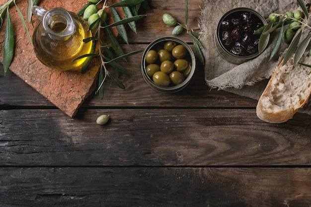 Olives avec du pain et de l'huile