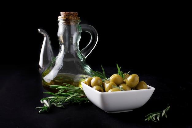 Olives espagnoles avec des feuilles