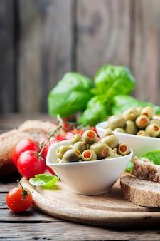 Olives espagnoles sur la table en bois