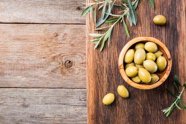 Olives fraîches dans un bol