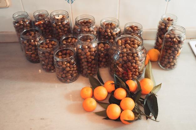 Olives fraîches dans des pots cuisine méditerranéenne concept d'huile d'olive