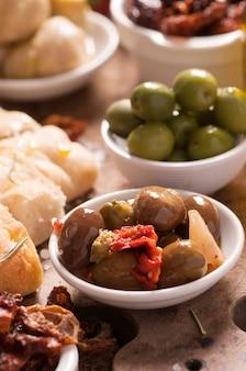 Olives fraîches et huile d'olive sur bois rustique