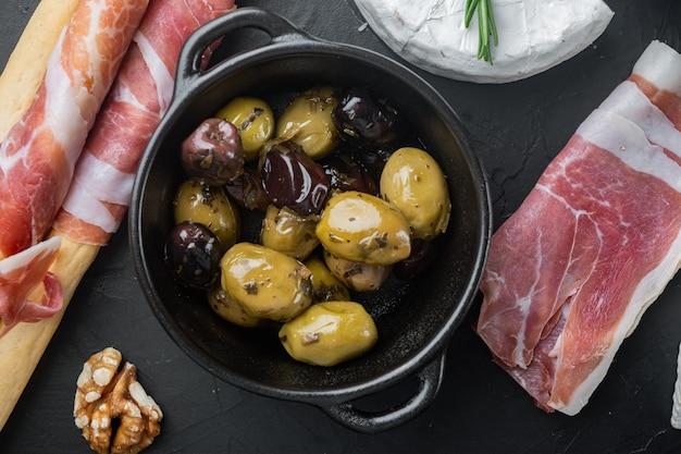 Olives fraîches méditerranéennes, sur table noire, mise à plat