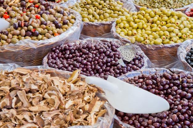 Olives mélangées au marché