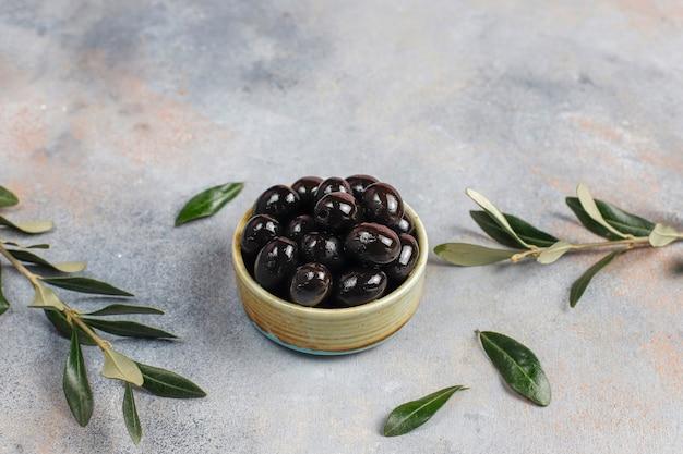 Olives noires entières.
