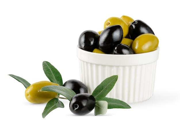 Olives noires et vertes avec des feuilles isolées sur fond blanc avec un tracé de détourage.