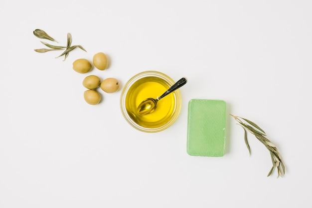 Olives de la rangée diagonale avec des produits à base d'huile d'olive